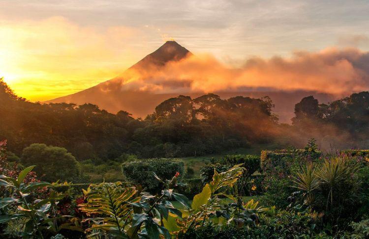 arenal-volcano-costa-rica-shutterstock_1337924888