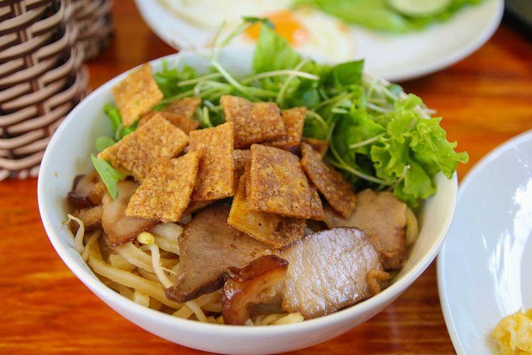 cao lau vietnam vietnam food