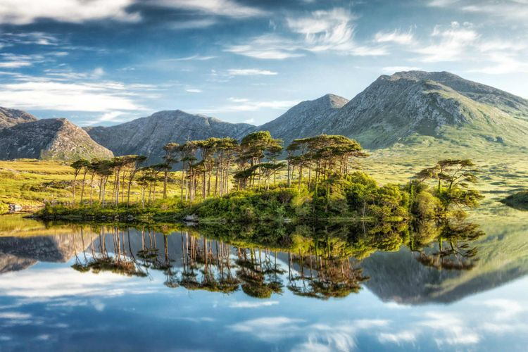 derryclare-lough-connemara -mountains-ireland-shutterstock_104937575