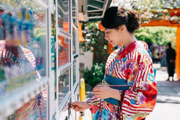 vending-machine-kimono-geisha-shutterstock_1214155840